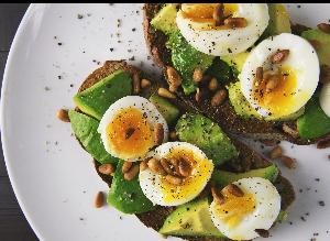 Easy baked eggs in avocado